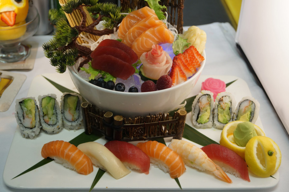 qualitystockphotos-Delicious_sushi_rolls-833x624-23-300x200
